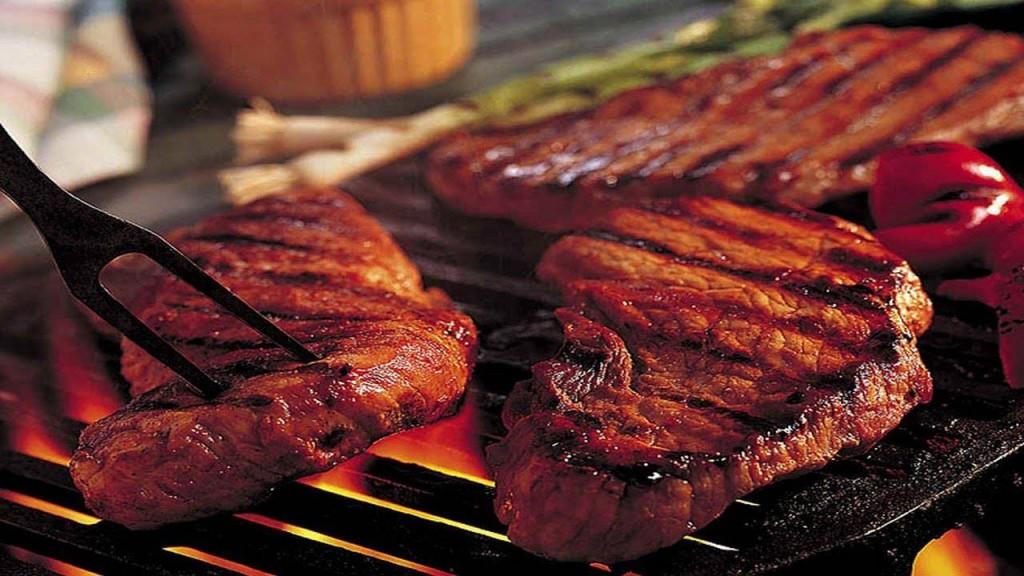 Мясо над огнем барбекю