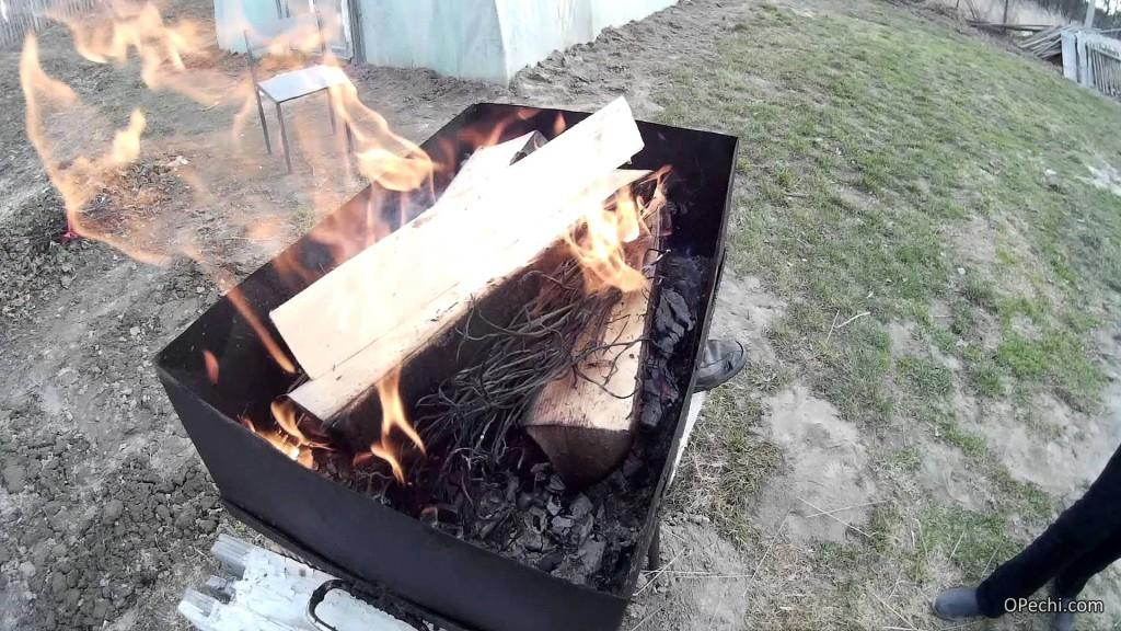 Разжигание дров в мангале